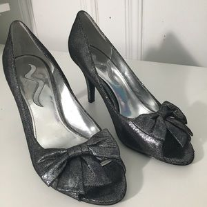NWOT Nina gunmetal peep toe heels